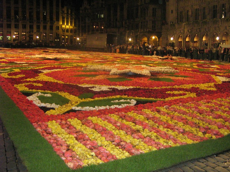 A 'carpet' made of flowers takes over Brussel's main square.