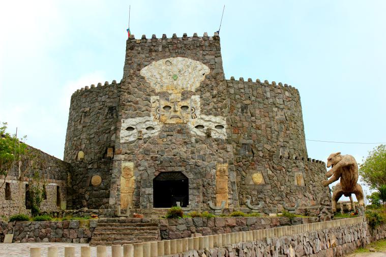 ecuador-el-crater-castle-2