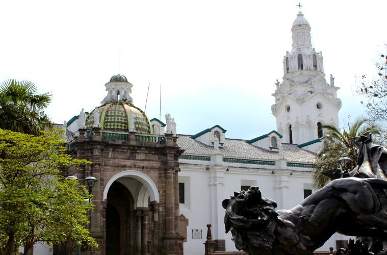 ecuador-quito-plaza-statue