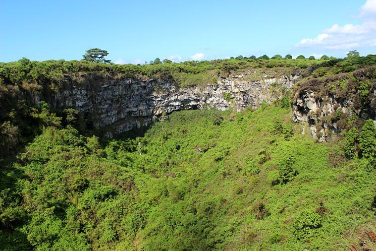 galapagos-santa-cruz-valley crater