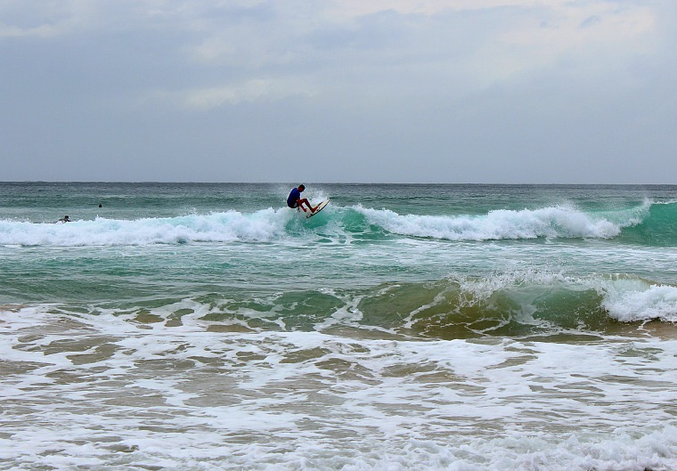 australia-manly-beach-surfer