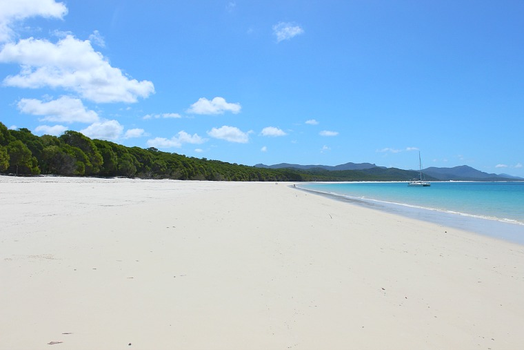 australia-whitsundays-beach-boat